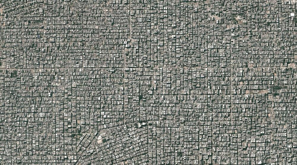 Delhi, en Inde, compte environ 11 millions d'habitants. Les quartiers de Santosh Park et d'Uttam Nagar, tous deux représentés ici, contiennent certaines des terres les plus bâties et les plus densément peuplées de la ville.
